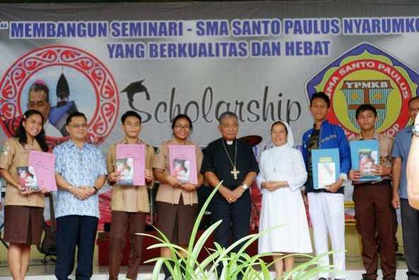 Siswa-siswi berprestasi menerima beasiswa (Komsos KAP)