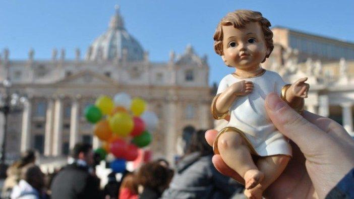Pemberkatan patung bayi Yesus oleh Paus Fransiskus di Lapangan Santo Petrus (Vatican Media)