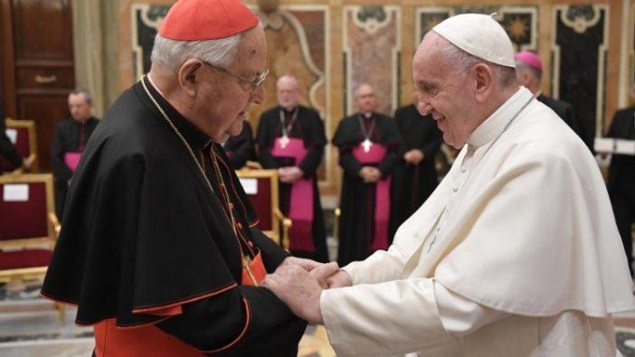 Paus Fransiskus menyalami Kardinal Angelo Sodano.   (Vatican Media)