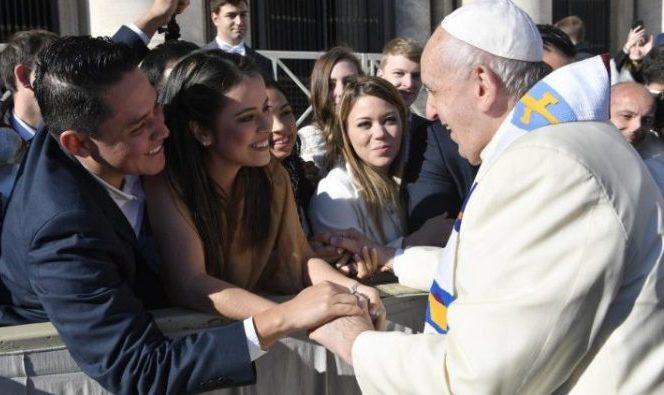 Paus Fransiskus menyalami  umat beriman dalam Audiensi Umum mingguan (Vatican Media)
