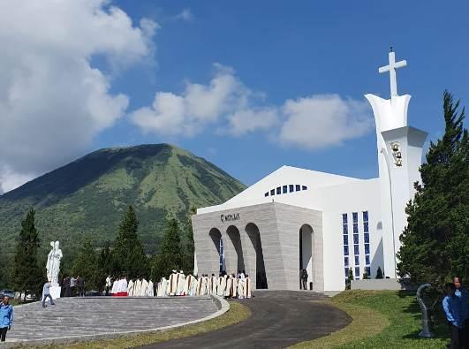 Pentahbisan  Gereja Santo Nikolaus di SMU Lokon Santo Nikolaus Kakaskasen Tomohon, Sulut. (Kredit foto ini dan foto-foto lainnya dalam tulisan ini adalah Jimmy Pontoan)