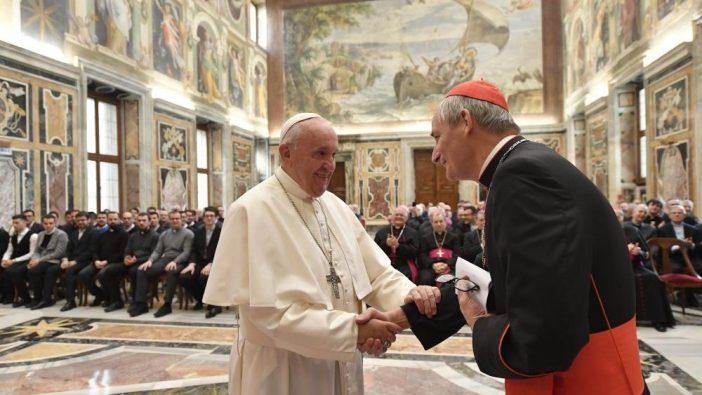 Paus bersalaman dengan Kardinal Matteo Maria Zuppi, Uskup Agung Bologna (Vatican Media)