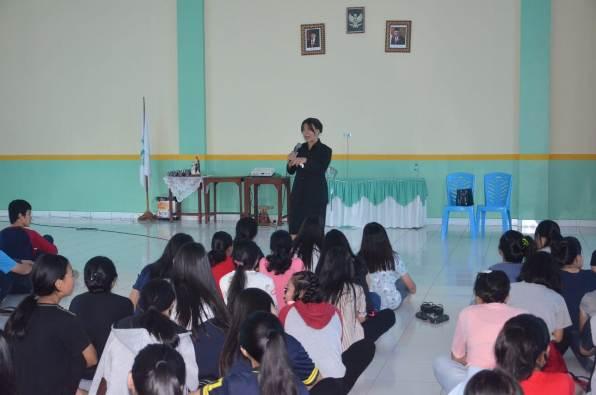 Pendeta Silia Lumenta Pangalila mengajak siswa menjadi tidak egois, tidak sombong, namun sabar, setia, dan taat (PEN@ Katolik/ampcp)