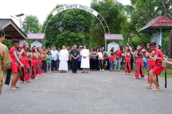 Tarian penyambutan-di gerbang utama SMA Seminari Nyarumkop (Komsos KAP)