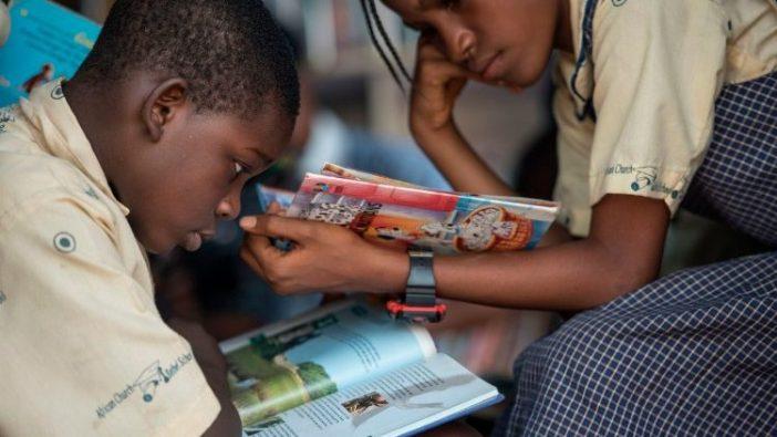 Anak-anak Nigeria di perpustakaan sekolah Foto AFP