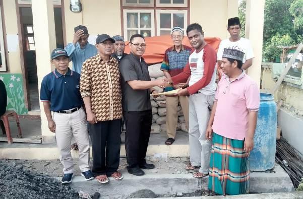 Pastor Hendrik Maku SVD secara simbolis menyerahkan bantuan 100 sak semen untuk pembangunan mesjid di Flores (PEN@ Katolik/yf)