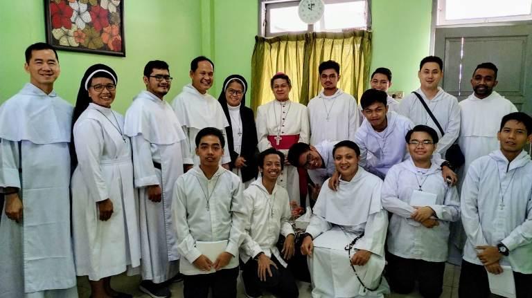 Para aspiran biarawan Dominikan (OP) bergambar bersama para frater OP, suster OP dan Uskup Bandung yang juga Uskup Kongregasi Suster-Suster Santo Dominikus di Indonesia Mgr Antonius Subianto Bunjamin OSC  (Dok Come and See)