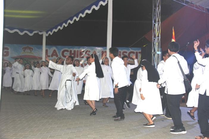 Para suster, frater dan bruder OP serta aspiran OP ikut bergoyan di ahir Pentas Seni Farewell Party Dominican Youth Gathering 2020 (PEN@ Katolik/pcp)