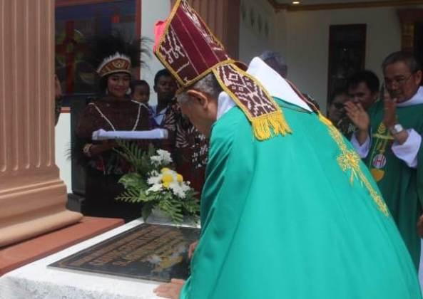 Mgr Leo Laba Ladjar OFM menandatangani prasasti