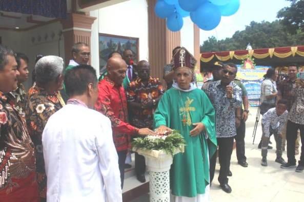 Uskup Jayapura dan Walikota Jayapura menekan tombol sirene sebagai tanda resminya Gereja Entrop