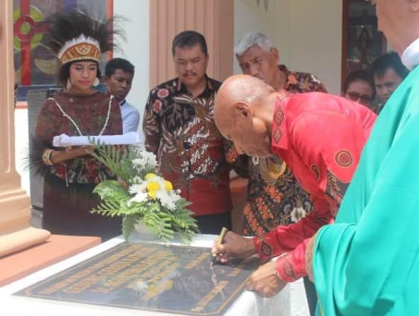 Walikota Jayapura  Benhur Tomi Mano menandatangani prasasti