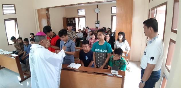 Mgr Agus membagikan Komuni didampingi Fransiskus Edy OP (kanan) (PEN@ Katolik/semz)