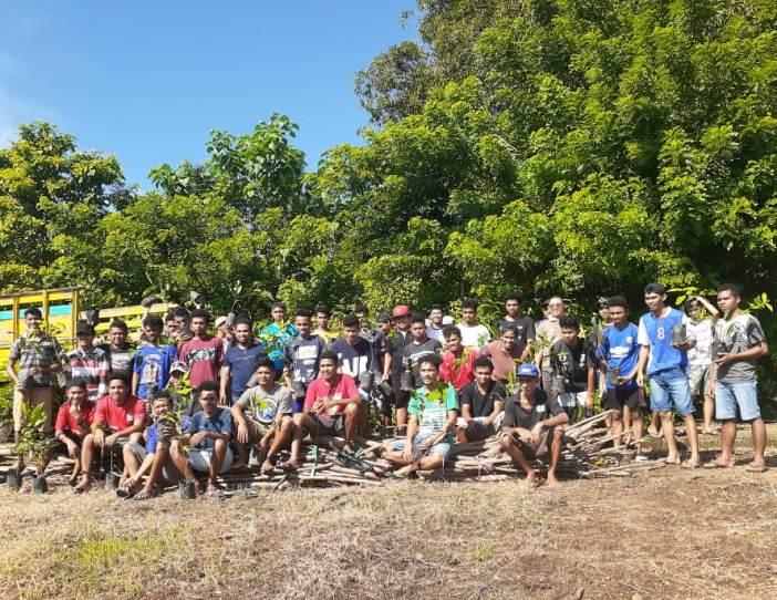 Komunitas Seminari Tinggi Santo Paulus Ledalero, Maumere, dan Civitas Akademika STFK Ledalero dalam aksi penanaman pohon (PEN@ Katolik/yf)