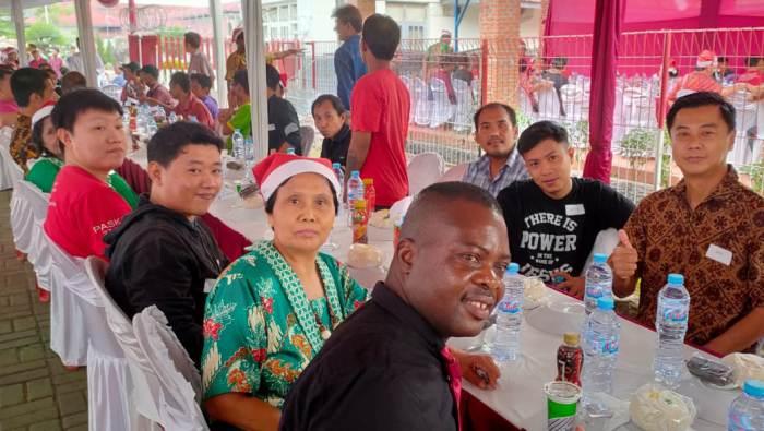 Berbagai kelompok Katolik menyatu dengan Warga Binaan  Kristiani dalam Makan Sore Natal 2019. (Foto dokumentasi  ajs/KPK St Helena)
