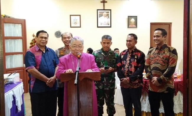 Mgr Mandagi memberikan konferensi pers (PEN@ Katolik/ym)