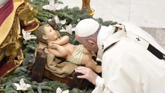 Paus Fransiskus menyembah dengan mencium kaki Bayi Yesus (Vatican Media)