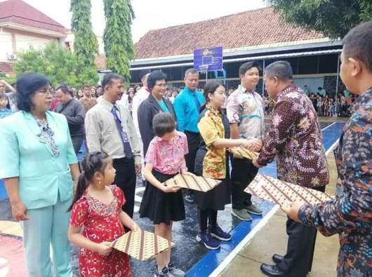 Wali Kota Cirebon Nashrudin Azis memberi penghargaan kepada perwakilan guru dan murid Sekolah Santa Maria Cirebon pemain Konser Kebhinekaan Suluh Nusantara (Foto Dok Suster Albertine OP)