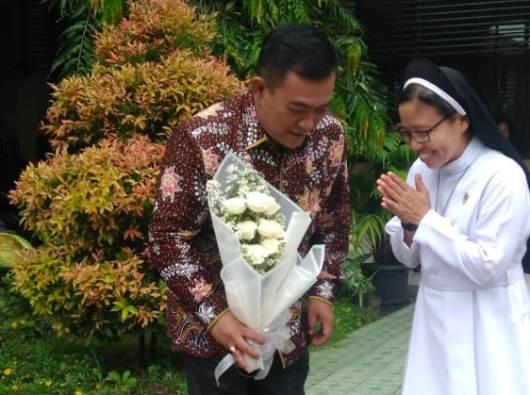Kepala Yayasan Santo Dominikus Cabang Cirebon Suster Albertine OP menyerahkan bunga kepada Walikota Cirebon Nashrudin Azis (Foto Dok Sr Albertine OP)