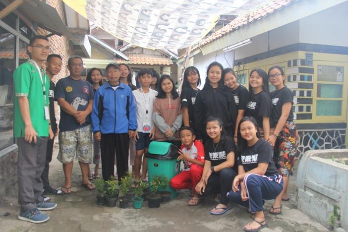 """Para pelajar bersama pembina saat memberikan """"Pucuk Merah"""" dan tempat sampah kepada pengurus RT (PEN@ Katolik/pcp)"""