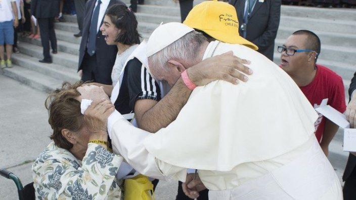 Paus bertemu orang sakit dan pengasuhnya di Chili Januari 2018. (Vatican Media)