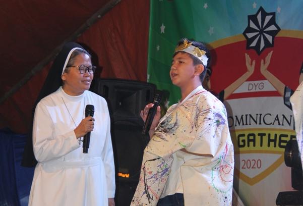 Suster M Elisabeth OP berbincang dengan Hanif Ilham, pelajar Kelas 8c SMP Santa Maria Cirebon tentang kunjungan ke pesantren (PEN@ Katolik/pcp)