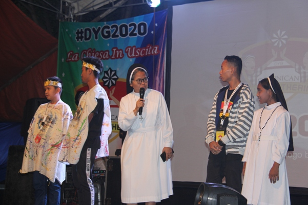 Suster Elisabeth OP berbincang dengan wakil peserta DYG 2020 yang mengunjungi pura, vihara, pesantren dan eco camp (PEN@ Katolik/pcp)