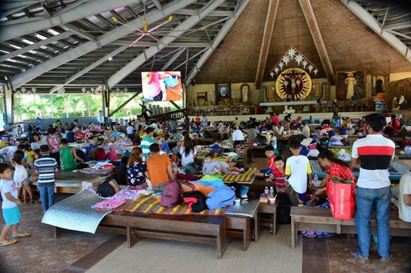 Gereja  yang berubah menjadi pusat evakuasi.   Foto ini dan foto-foto di bawah diambil dari halaman Facebook Paroki Santo Padre Pio di Santo Tomas Batangas