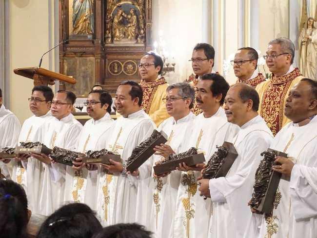 """Patung """"Yesus yang Tidak Punya Rumah"""" untuk semua paroki  diberikan secara simbolik kepada sembilan dekenat di KAJ (Foto diambil dari akun Facebook milik Rizkijant)"""