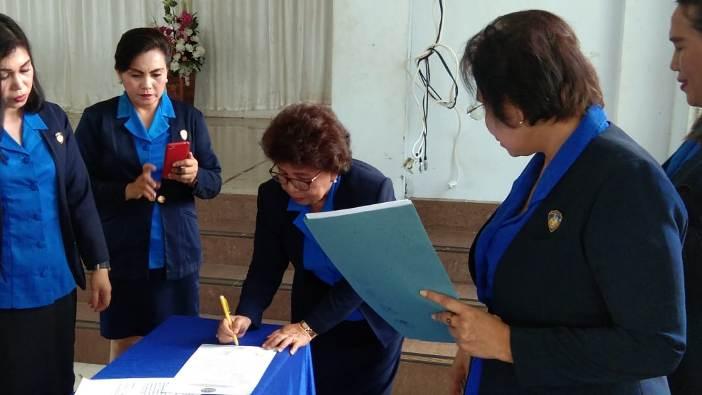 Ketua Presidium DPD WKRI Sulawesi Utara Meity Rampengan tandatangani SK Pimpinan Cabang yang baru di Kotamobagu (PEN@ Katolik/ampcp)