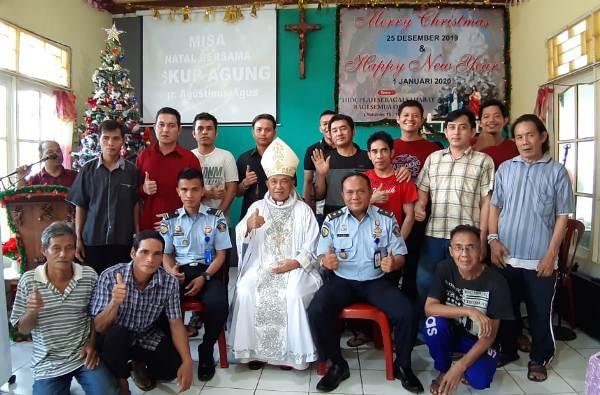 Mgr Agus bersama warga binaan dan pengurus lapas (PEN@ Katolik/semz)