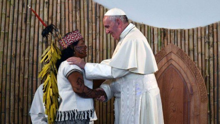 Paus Fransiskus menyalami perempuan adat di Puerto Maldonado, Peru (Vatican Media)