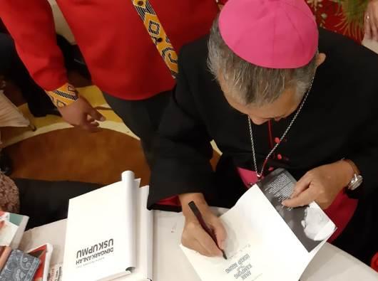 """Mfr Agus menandatangani buku """"Dengarkanlah Uskupmu"""" (PEN@ Katolik/semz)"""