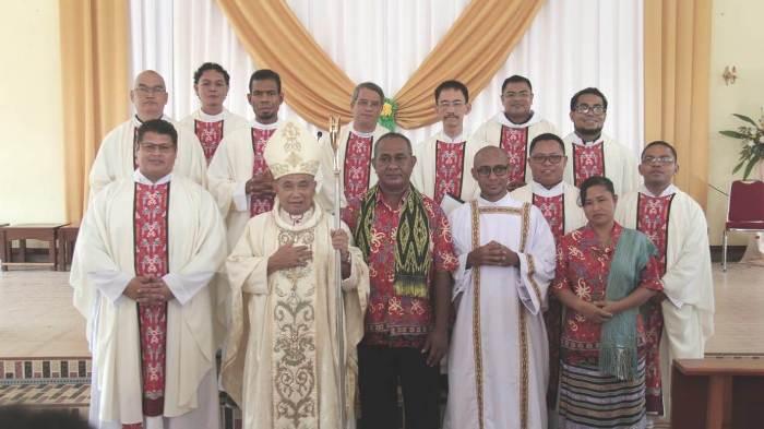 Diakon yang baru bergambar bersama uskup serta para imam konselebran dan orangtua (PEN@ Katolik/semz)