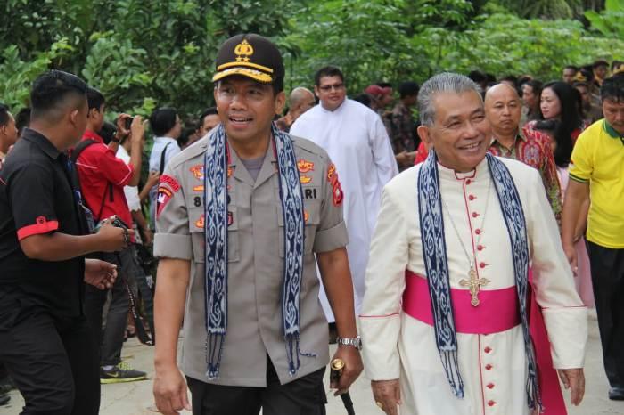 Uskup bersama kapolda (PEN@ Katolik/semz)