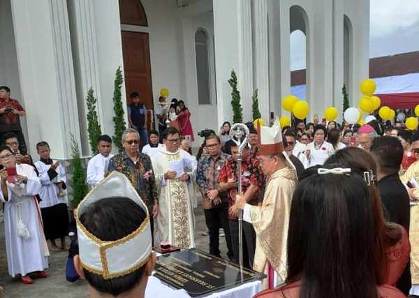 Uskup bersiap menandatagani prasasi
