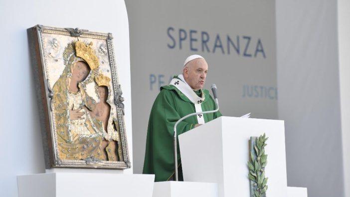 Paus memberikan homili dalam Misa bersama para uskup Mediterania di Bari, Italia (Vatican Media)