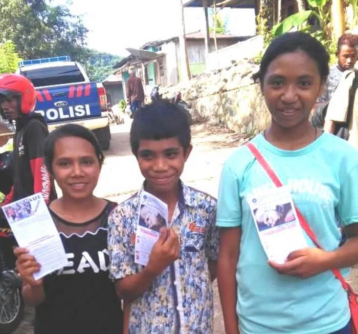 Pembagian brosur stop perdagangan orang (PEN@ Katolik/yf)
