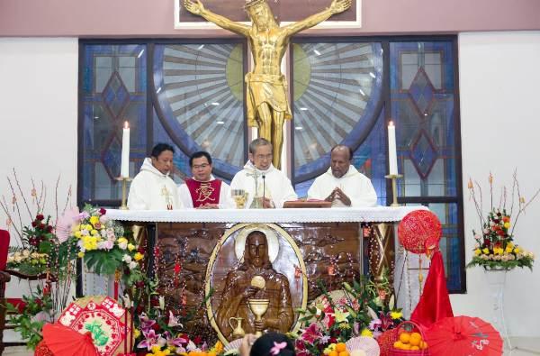 Misa Imlek. Dari kiri ke kanan Pastor Broery OFM, Pastor Niko MSC, Pastor Paul OFM, dan Pastor Yan Pr PEN@ Katolik/gita)