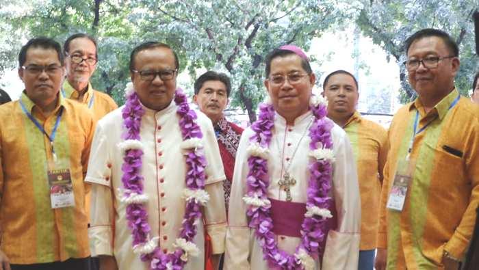 Ignatius Kardinal Suharyo bersama Usskup Manado Mgr Rolly Untu MSC disambut oleh Ketua Kwanua Katolik Stefi Rengkuan (kiri) dan Ketua Panitia Perayan Syukur Kawkat Rudy Muaya (Foto Panitia/Maxi Paat)