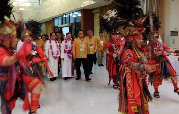 Tarian Perang Kabasaran yang menjemput Kardinal Suharyo dan Uskup Manado