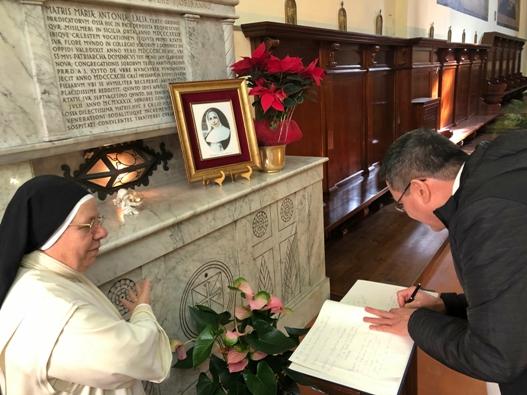 Master Ordo menandatangani buku tamu terkemuka di Kapel Santo Dominikus. Foto dari Biara San Sisto