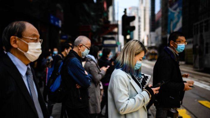 Masyarakat di Hong Kong mengenakan masker guna agar tidak terjangkit dengan virus corona