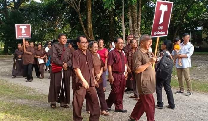 Perarakan para Persaudaraan Lokal Para Pengikut Santo Fransiskus Asisi (PEN@ Katolik/dl)