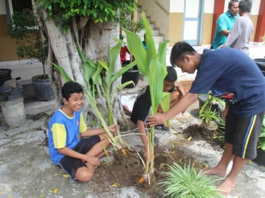 Siswa-siswi SMP Pangudi Luhur Wedi Klaten bersama-sama menanam delapan tanaman dalam pot sebagai pertobatan ekologis di Hari Rabu Abu (PEN@ Katolik/lat)