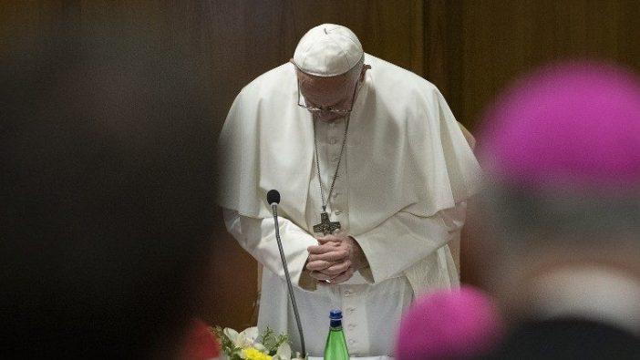 Paus Fransiskus menundukkan kepala dalam doa saat Pertemuan untuk Perlindungan Anak_anak Kecil di Bawah Umur dalam Gereja  (Vatican Media)