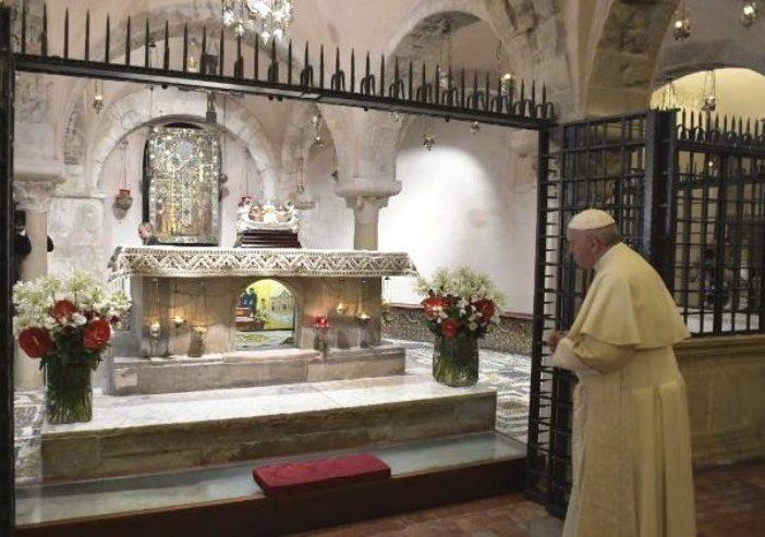 Paus Fransiskus mengunjungi ruang bawah tanah Basilika Santo Nikolas di kota Bari Italia dan menghormati relikui Santo Nikolas (Vatican Media)