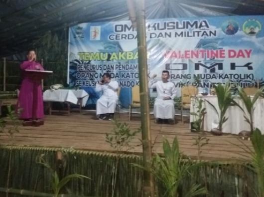 Mgr Rolly memberikan sambutan pada penutupan TAPP IV OMK Kusuma. (PEN@ Katolik/A. Ferka)