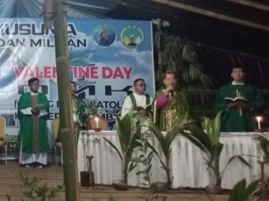 Uskup Manado Mgr Benedictus Estephanus Rolly Untu memimpin Misa Penutupan TAPP IV OMK Kusuma  (PEN@ Katolik/af)