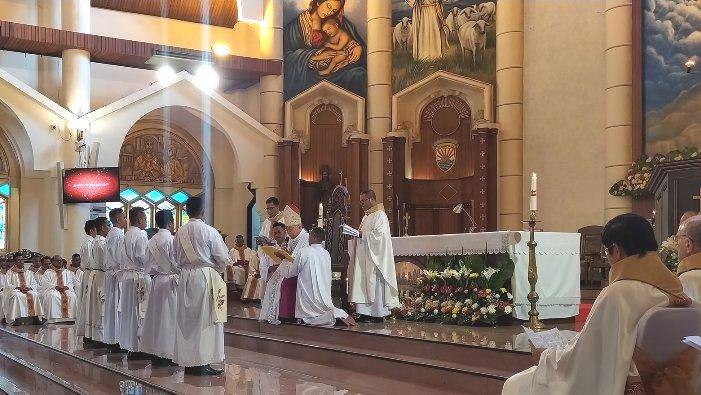 Suasana Tahbisan imam di Katedral Ambon (PEN@ Katolik/Jo Ohoiwutun)