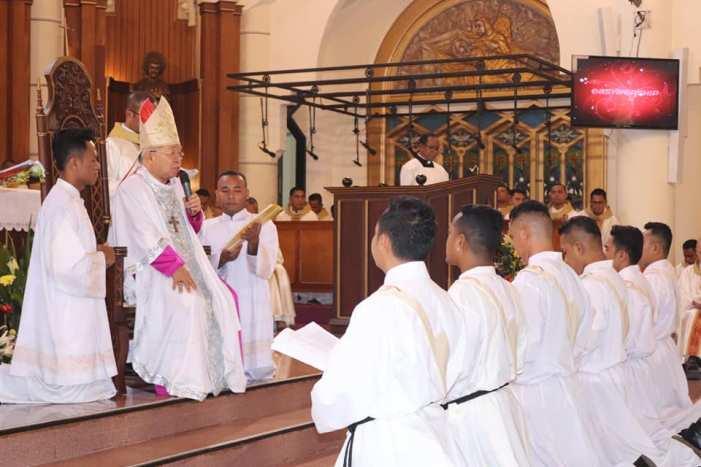 Suasana Tahbisan di Katedral Ambon (PEN@ Katolik/Jo Ohoiwutun)